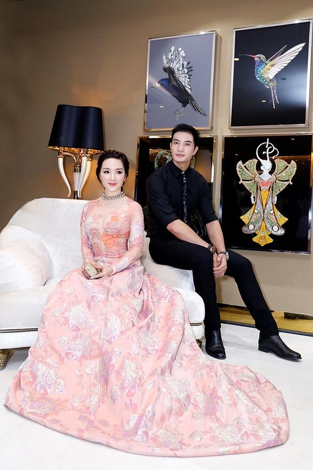 Giáng My cũng là một chân dài kinh doanh thành đạt và nằm trong top người đẹp Việt sở hữu tài sản tiền tỷ. Chính vì thế, cô cũng không ngại chi tiền cho hàng hiệu. Cô thường xuyên xuất hiện với hình ảnh quý cô sang chảnh.