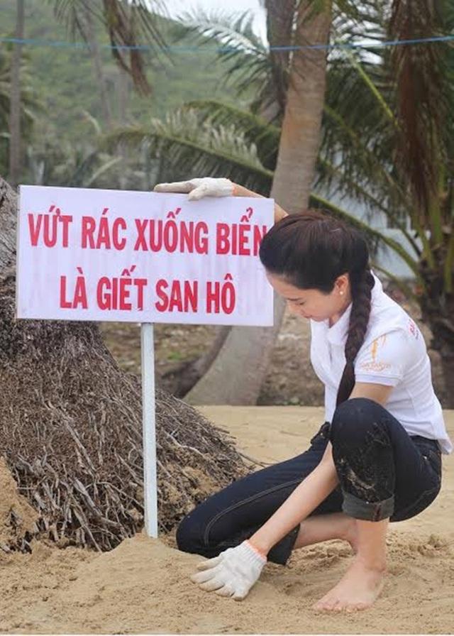 Nam Em cũng tiết lộ cô đã mang theo hơn 100 cây quạt có kèm thông điệp không vứt rác xuống biển để tặng các thí sinh Miss Earth 2016. Người đẹp đại diện Việt Nam hi vọng sẽ không chỉ có người Việt Nam mà bạn bè khắp 5 châu sẽ cùng bảo vệ mái nhà chung của con người.