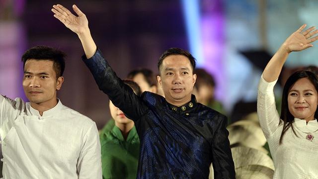 Từ phải qua trái: NTK Lan Hương, NTK Đỗ Trịnh Hoài Nam, NTK Vũ Việt Hà.