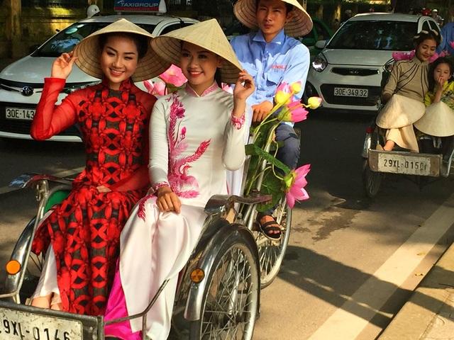 Dàn nghệ sĩ gạo cội diễu hành áo dài trên các tuyến phố Hà Nội - 16
