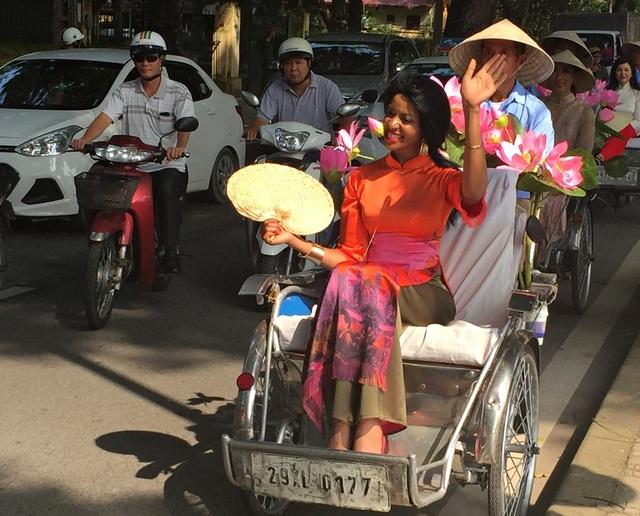 Bà Jovana Benoit - phu nhân Đại sứ Haiti tại Việt Nam cho biết mình là fan chính hiệu của áo dài Việt Nam.