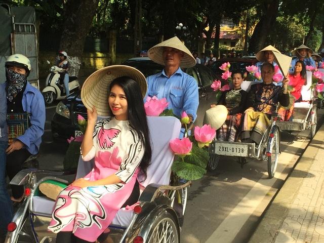 Những sắc màu áo dài tuyệt đẹp trên phố thu Hà Nội.