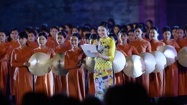 Tiếp nối thành công của đêm trình diễn khai mạc Festival Áo dài Hà Nội, tối 15/10, tại Hoàng Thành Thăng Long đã diễn ra chương trình Hà Nội phong cách giới thiệu những bộ sưu tập áo dài mang âm hưởng thời đại mới. Hoa hậu - MC Ngọc Hân tiếp tục là MC của đêm trình diễn