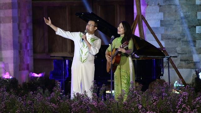 Ca sĩ Thái Hòa & Hồng Hạnh đầy xúc cảm với Để gió cuốn đi, khơi gợi cảm xúc cho các người mẫu trình diễn BST của hai NTK Ngọc Hân và Duy Nguyễn.