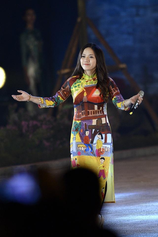 """Thùy Chi khoe giọng ca trong trẻo với khúc hát """"Quê tôi"""", đưa đẩy cảm xúc cho các người mẫu trình diễn 2 BST của Quang Huy và Hiền Minh."""