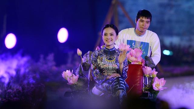 Hình ảnh xe xích lô gắn bó thân thuộc với cuộc sống Hà Nội được đưa lên sân khấu mang đến cảm xúc chân thực cho người xem. Nữ người mẫu trong ảnh là Tố Như - Top 10 và Gương mặt khả ái cuộc thi Hoa hậu Việt Nam 2016.