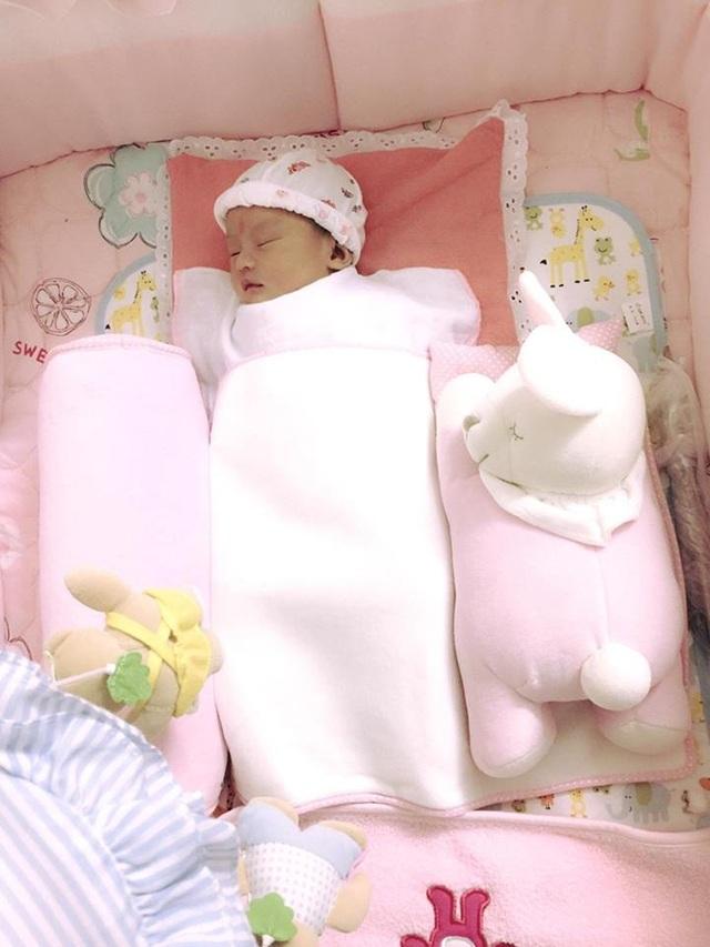 Hồng Quế khoe con gái, Á hậu Diễm Trang chỉ để lộ bàn tay con - 1