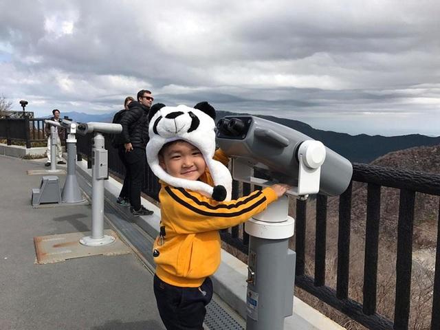 Từ thành phố Tokyo, bé Kid thích thú khi được cùng mẹ di chuyển đến với thung lũng Owakudani và lên cao ngắm nhìn cảnh đẹp.