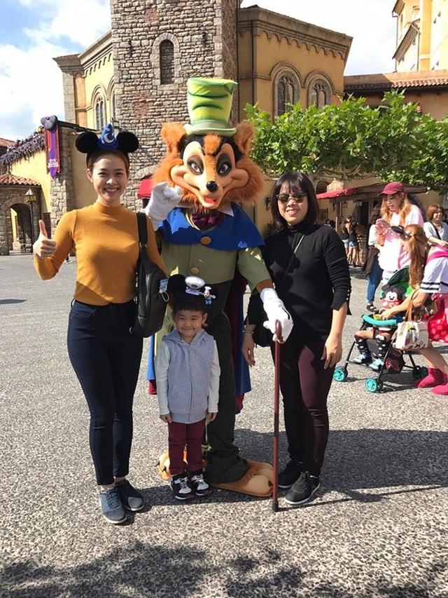 Ngày hôm sau, Diệp Bảo Ngọc đưa con trai đến công việc Tokyo Disneyland.