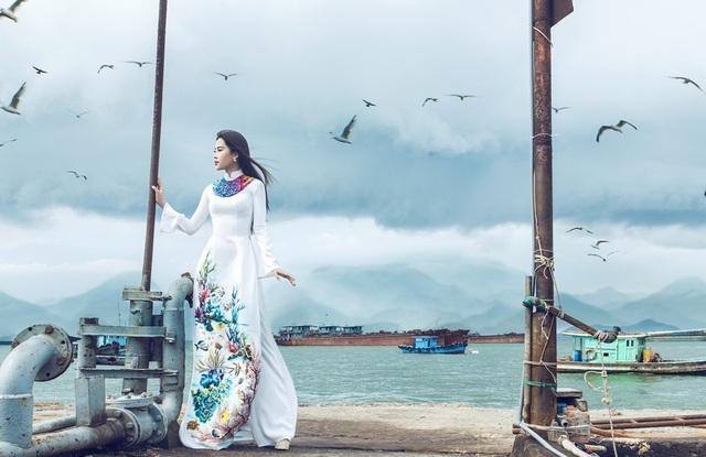 Với mong muốn kêu gọi mọi người chung tay góp phần bảo vệ đại dương và hệ sinh thái để trái đất mãi là hành tinh xanh, cô mặc thiết kế với hình ảnh đẹp và sống động về đại dương.