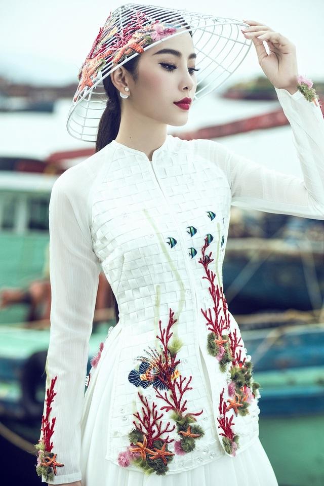 Đại diện Việt Nam tại Miss Earth 2016 cũng công bố bộ ảnh trang phục truyền thống được thực hiện trước ngày lên đường.
