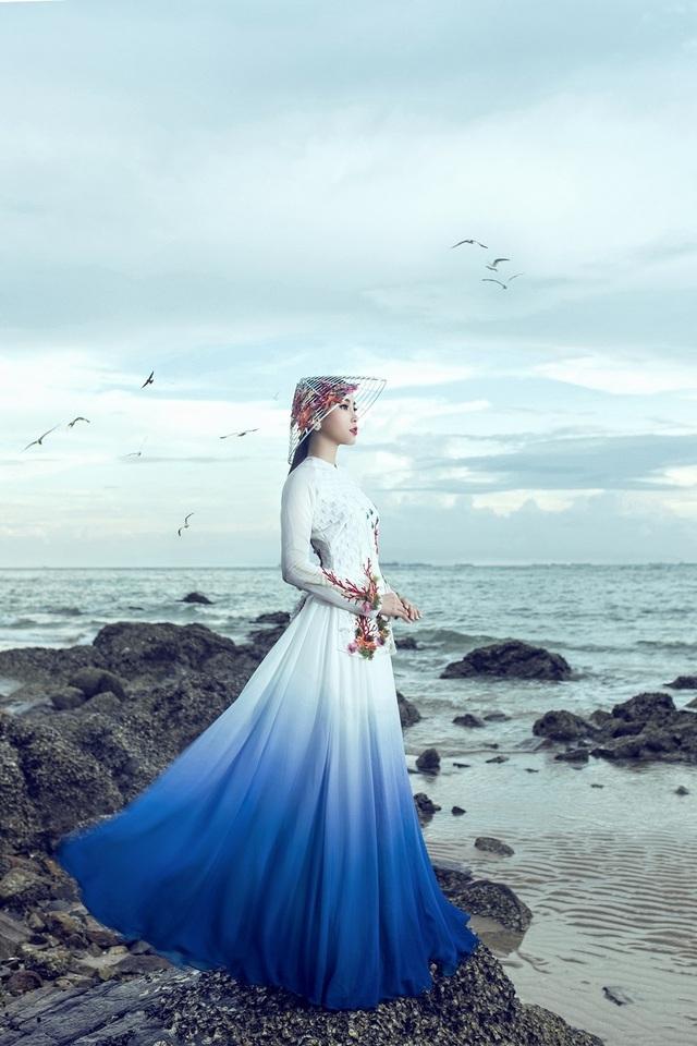 Trong bộ ảnh này, Nam Em gây ấn tượng với bộ áo dài truyền thống mang tên Đại dương mênh mông và bộ bà ba cách điệu lấy cảm hứng từ hơi thở biển.