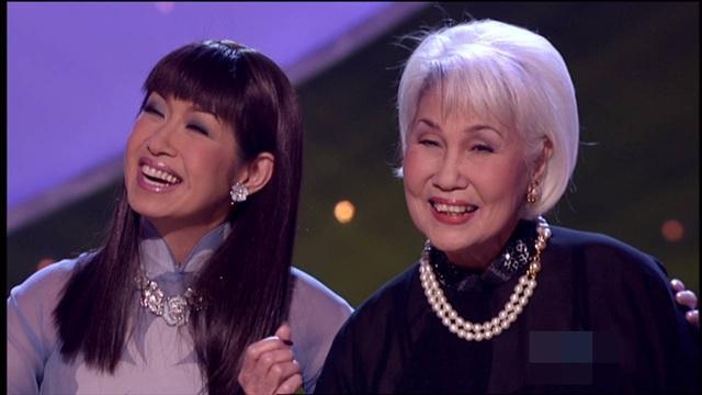 Danh ca Ý Lan và mẹ (phải) - danh ca Thái Thanh. Ảnh: NVCC.