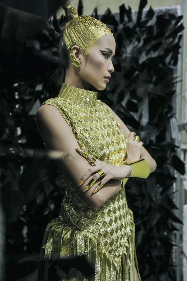 Tại buổi chụp, Ngọc Châu thể hiện thần thái khi được hóa thân thành nữ chiến binh đến từ tương lai với layout make up ấn tượng với điểm nhấn là mái tóc ánh vàng phủ đầy kim tuyến để tạo được hiệu ứng tốt nhất cho buổi chụp.