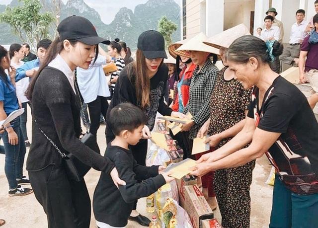 """Trước đó, ca sĩ Hồ Ngọc Hà - người con của Quảng Bình vừa trở về từ """"rốn lũ"""" sau chuyến cứu trợ khẩn cấp cùng gia đình."""