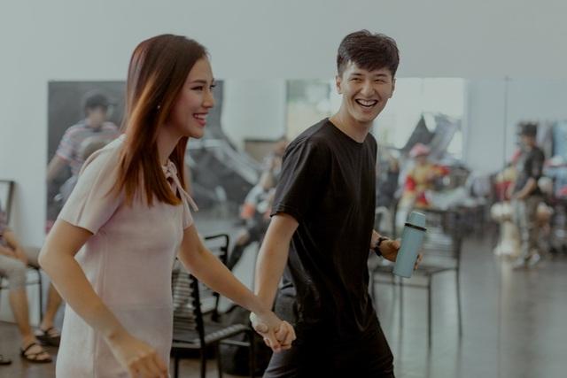 Bạn trai Huỳnh Anh ở bên tiếp sức cho Hoàng Oanh.