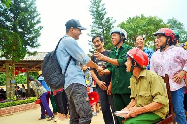 Tuần qua, MC Phan Anh đã nhận được số tiền hàng chục tỷ tiền ủng hộ cho bà con miền Trung và đích thân đi trao những phần quà tới tận tay bà con vùng lũ lụt. Tất cả mọi người đi cùng Phan Anh đều tự nguyện, tự túc ăn uống nhưng rất vui vì đi đâu cũng được giúp đỡ.