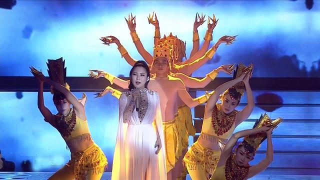 """Hương Tràm và Nhật Minh (team Ông Cao Thắng - Đông Nhi) song ca ca khúc """"Phật bà nghìn mắt nghìn tay""""."""