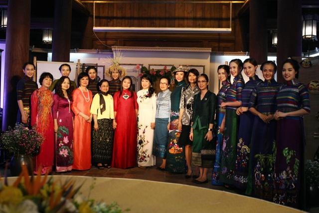 Phu nhân nguyên thủ các nước dự sự kiện văn hóa tại Hà Nội, thưởng lãm BST áo dài của NTK Lan Hương.