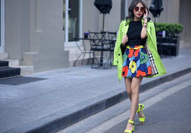 Cô có sở thích chơi màu sắc mạnh. Không chỉ sử dụng trong thiết kế, cô còn áp dụng ngoài đời bằng những món đồ màu neon rực rỡ. Nhờ cách phối màu tinh tế, cả set đồ của cô không hề bị rối mắt.