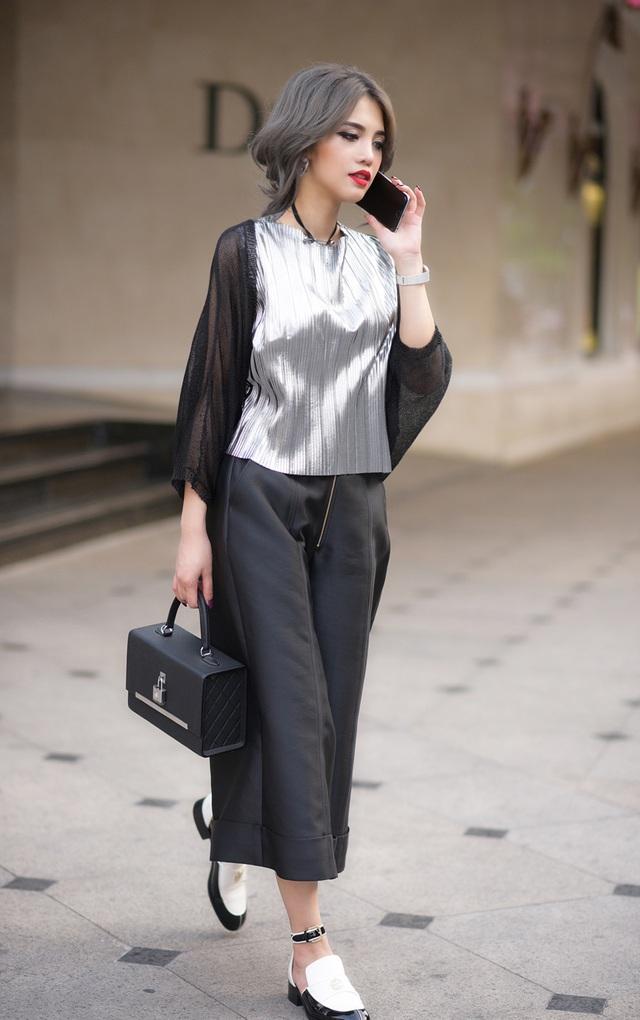 Mốt túi hộp được Claret Giang Lê chinh phục bằng bộ cánh tông màu đen kết hợp ánh bạc, giày bệt cut-out mang vẻ phóng khoáng.