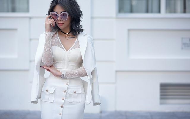 Với cả cây trắng, cô chọn toàn bộ phụ kiện ánh kim để tạo điểm nhấn sắc nét.