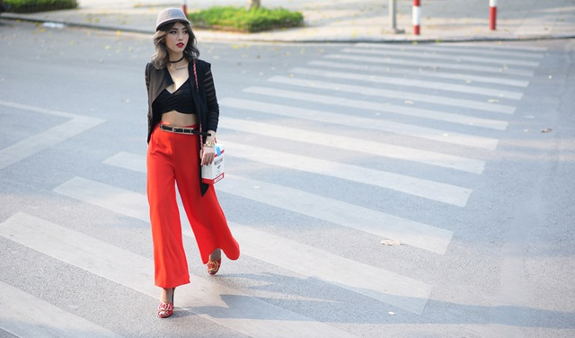 Claret Giang Lê khoe eo thon thả với áo bra-top, quần lửng ống rộng cạp cao.