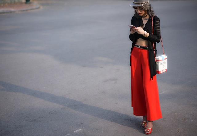 Bộ cánh gây ấn tượng ở chiếc túi đeo chéo hinh hộp cực kỳ ăn khách mix cùng giày đỏ ton sur ton.