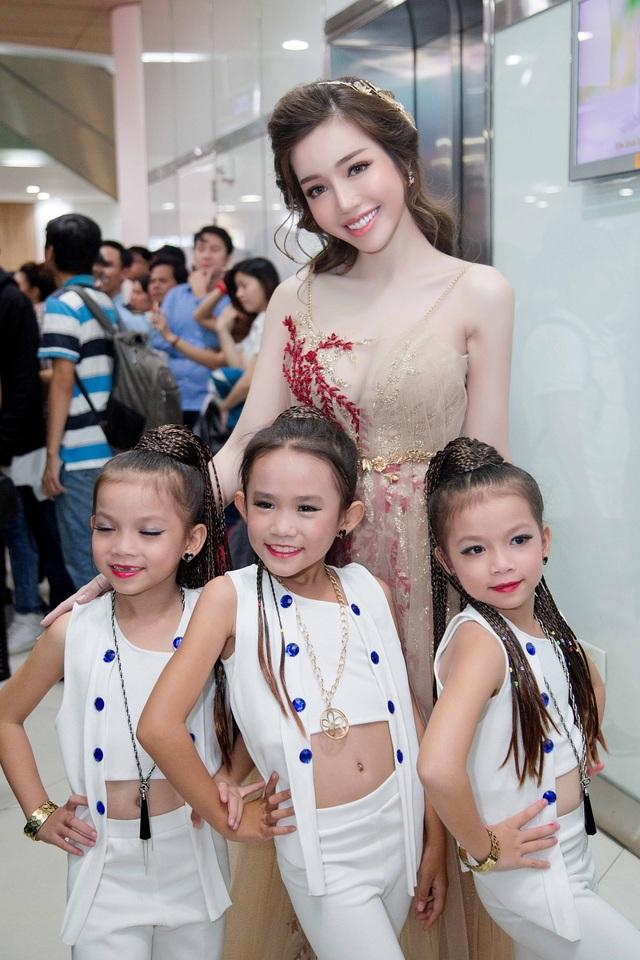 """Elly Trần: """"Mẹ thời trang hay không đến giờ cũng phải đút bột cho con"""" - 3"""