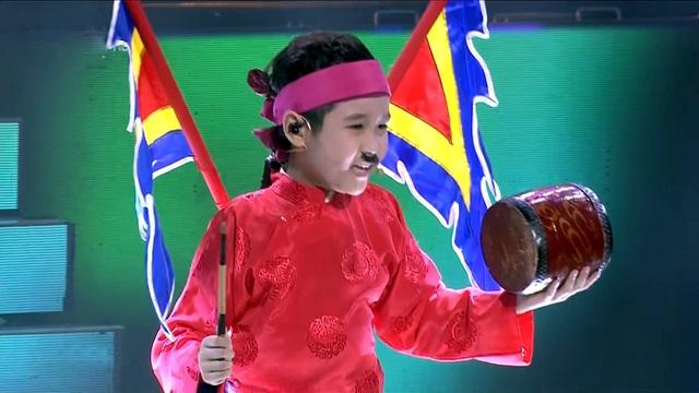 Nhật Minh sinh ra và lớn lên trong gia đình có truyền thống nghệ thuật, cả bố và mẹ đều là diễn viên của Đoàn chèo Hà Tây.