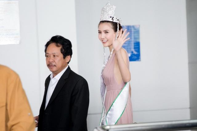 Trong sự chờ đón của gia đình, người thân và fan hâm mộ, Hoa hậu Ngọc Duyên xuất hiện rạng rỡ dù phải trải qua chuyến bay khá dài từ Hàn Quốc.