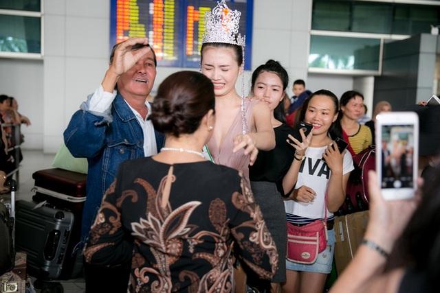 Ba mẹ của Ngọc Duyên cũng không ngần ngại ôm hôn con gái, sự thành công của Ngọc Duyên tại cuộc thi cũng chính nhờ một phần ủng hộ và động viên rất lớn từ gia đình cô.