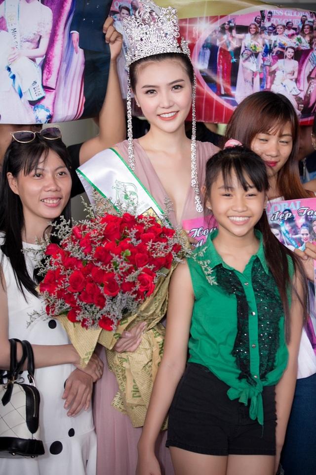 Hoa hậu Ngọc Duyên khóc trong vòng tay ba mẹ khi trở về Việt Nam - 9
