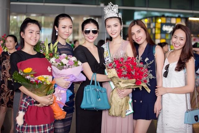 Bên cạnh gia đình, nhiều bạn bè, fan hâm mộ cũng đã đến sân bay chúc mừng người đẹp. Cô được bạn bè chia sẻ là giản dị và vui tính.