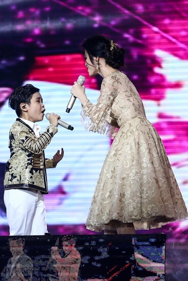 """Tiếp sau đó, Nhật Minh cùng HLV Đông Nhi thể hiện ca khúc """"We belong together""""."""