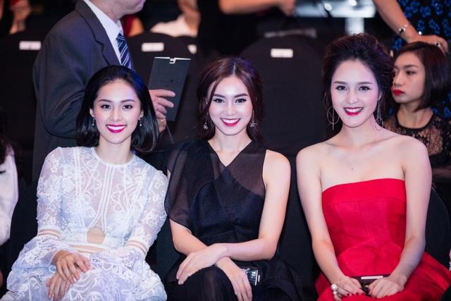 Tại đây, cô hội ngộ đàn chị Lan Ngọc, cả hai cùng ngồi hàng ghế đầu của chương trình.