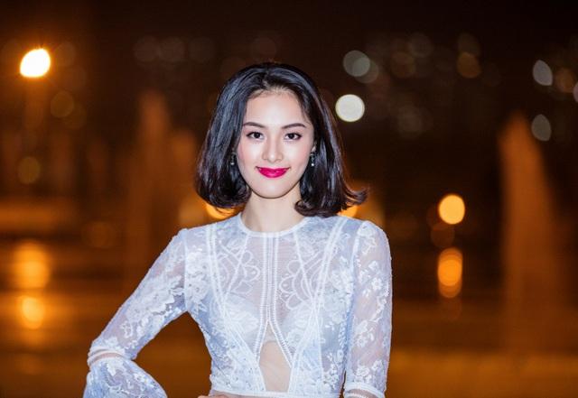 Tham gia một sự kiện ở Thủ đô, Hạ Vi diện trang phục ren xuyên thấu khoe vẻ đẹp thanh tân trước ống kính.