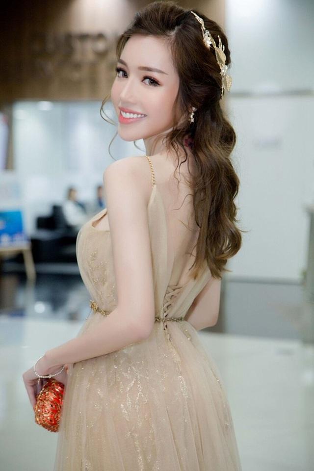 phía nhà sản xuất bộ phim Bí ẩn song sinh, cho rằng, Elly Trần không tham gia các hoạt động quảng bá bộ phim