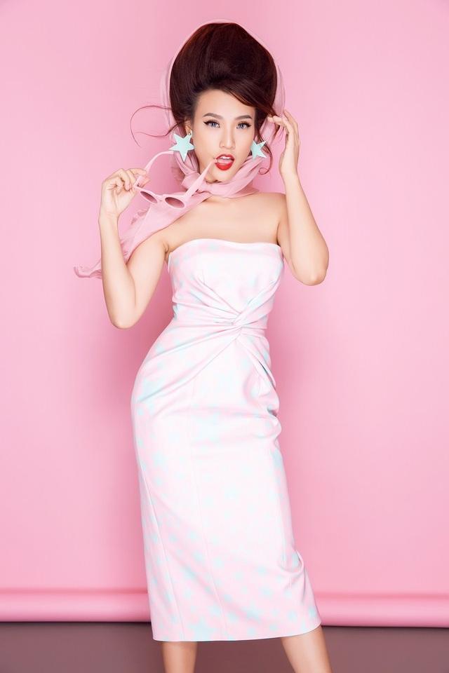 Bộ đôi hoa tai cùng tông màu với họa tiết làm tổng thể trang bộ trang phục trông vui tươi và trẻ trung.