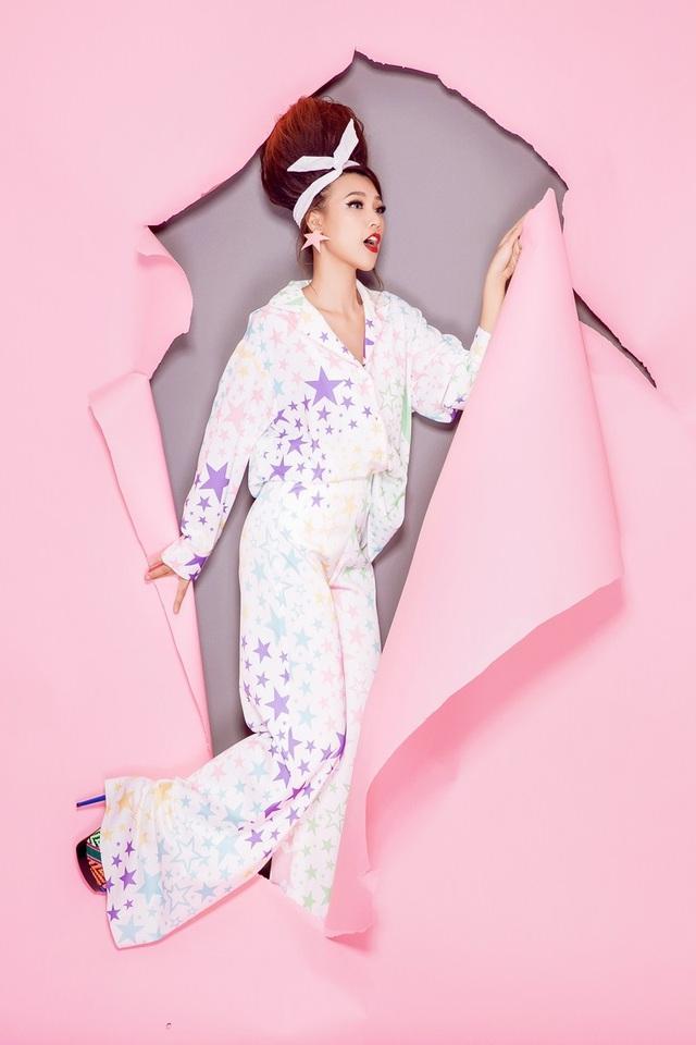 Bộ trang phục tiếp theo của Á hậu lấy cảm hứng từ bộ Pijama.