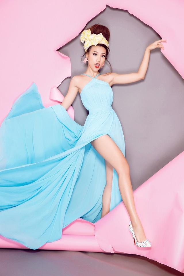 Không dễ dàng chọn lựa được cách phối phù hợp cho loại item cổ điền này. Tuy nhiên, Á hậu đã kết hợp khéo léo cùng chiếc váy dạ hội xanh ngọc hiện đại và biểu cảm tươi vui.