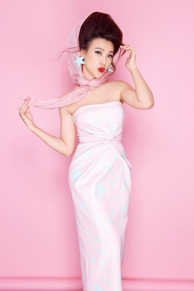 """Á hậu Hoàng Oanh tiếp tục biến hóa """"hoành tráng"""" cùng một chiếc đầm hoạt tiết ngôi sao trẻ trung. Phụ kiện luôn là yếu tố quan trọng giúp bộ trang phục trông thời thượng và có điểm nhấn hơn."""
