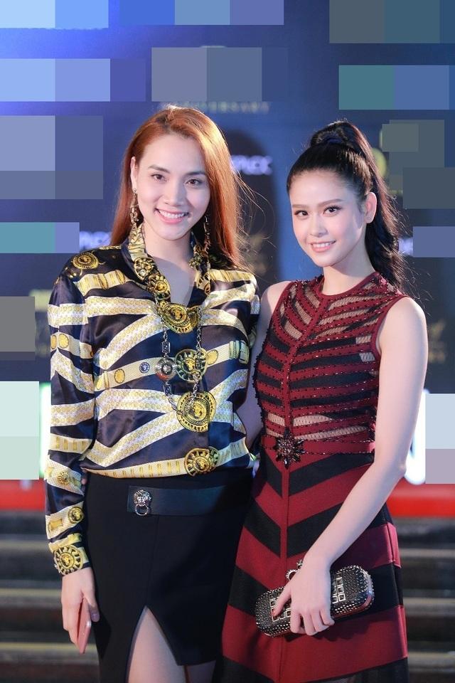 Quỳnh Anh cũng vui mừng hội ngộ cựu siêu mẫu Trang Nhung. Trang Nhung đang tham gia nhiều hoạt động ở Hà Nội sau thời gian dài ít xuất hiện trong Vbiz, tập trung chăm lo cho gia đình và hỗ trợ chồng các hoạt động ở công ty riêng.