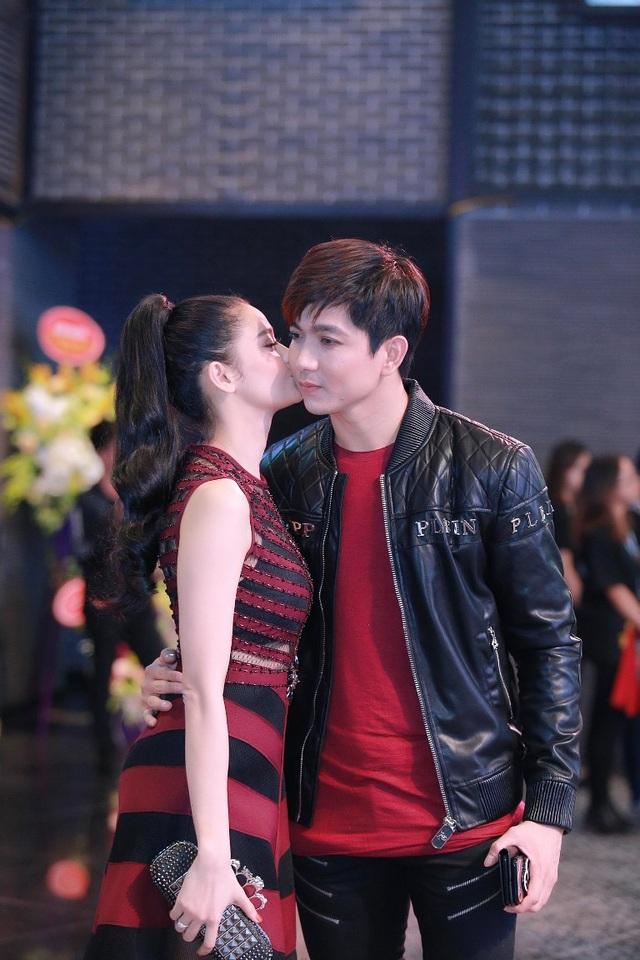 """""""Cặp đôi ngôn tình"""" xuất hiện với trang phục """"ton-sur-ton"""" với nhau. Sự hòa trộn giữa hai tông màu đỏ và đen giúp cặp đôi trở nên phong cách và ấn tượng."""