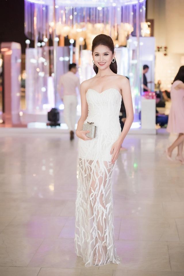 Ngưỡng mộ tài năng và các thiết kế của Công Trí, Á hậu cuộc thi Hoa hậu Việt Nam 2016 Thùy Dung mặc thiết kế xuyên thấu tới xem BST mở màn của anh trong những ngày gió mùa đầu tiên của Hà Nội.