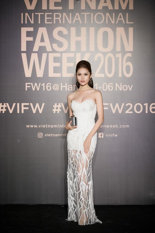 Tuy nhiên, mỗi lần xuất hiện của cô đều được đầu tư nghiêm túc và chỉn chu. Cô khá đa dạng về phong cách thời trang, từ phong cách truyền thống cho đến những thiết kế với vẻ ngoài ấn tượng.