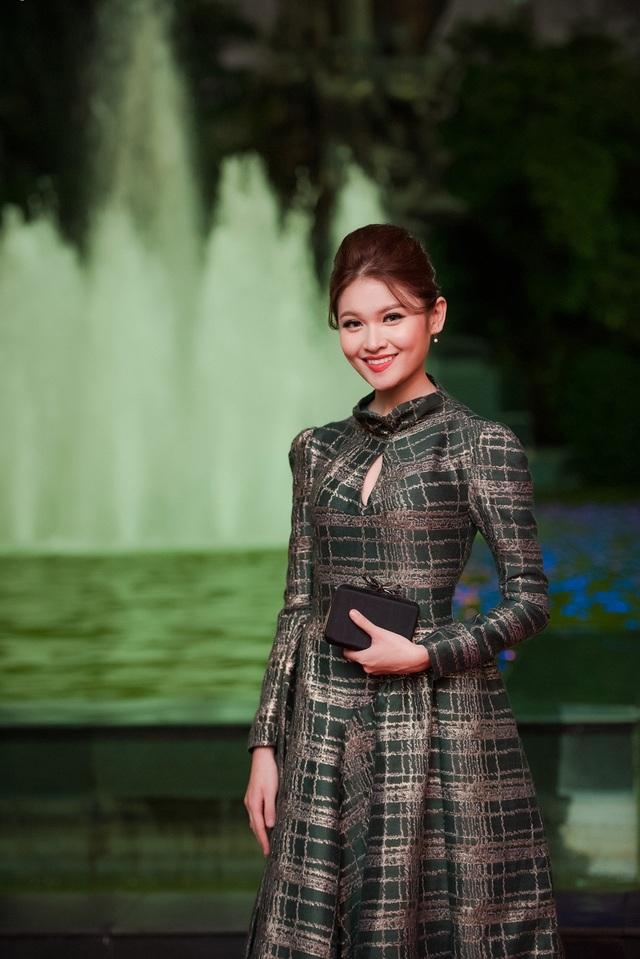 Diện bộ trang phục này, cô giao lưu khá thân thiện cùng các khách mời và báo chí.