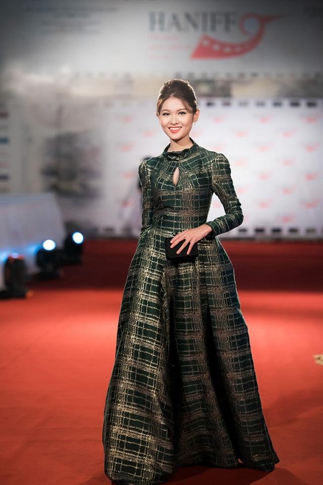 Tối 1/11, Á hậu Việt Nam 2016 là một trong những khách mời tại thảm đỏ thảm đỏ Liên Hoan phim Quốc tế Hà Nội 2016.