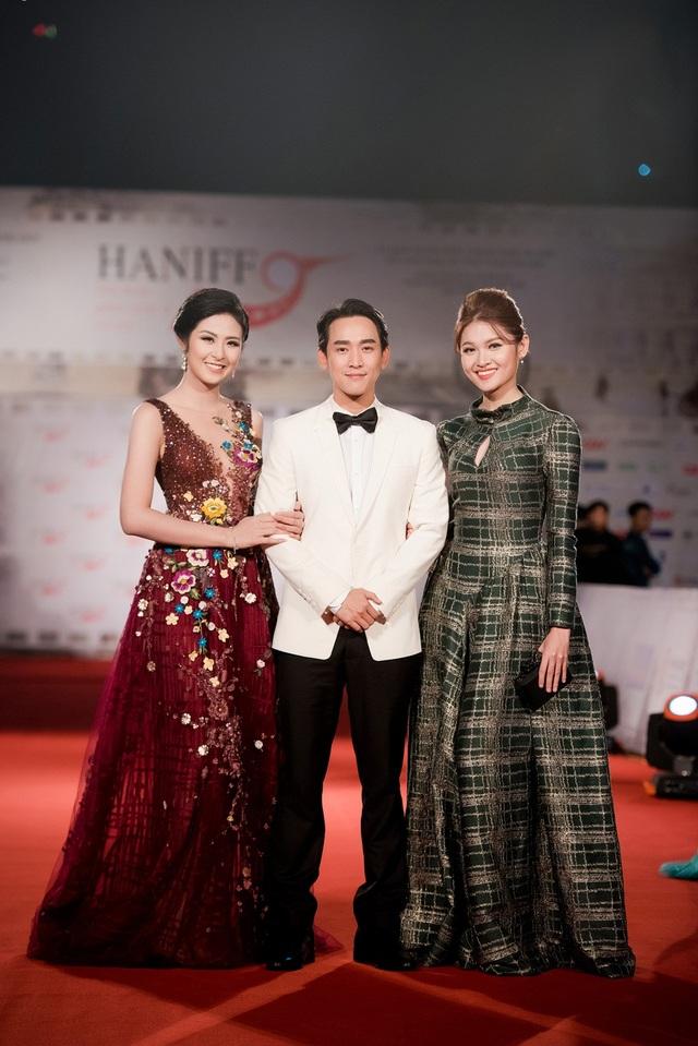 Á hậu Thùy Dung vui vẻ trò chuyện cùng Hoa hậu Ngọc Hân, diễn viên Hứa Vĩ Văn.