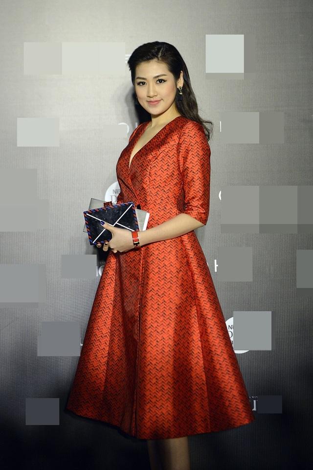 Á hậu Tú Anh hóa quý cô cổ điển với thiết kế váy xòe nền nã, kèm theo chiếc ví được thiết kế theo phom dáng phong thư.